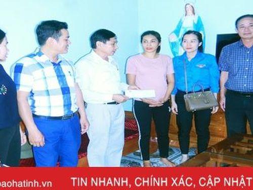 Trao 60 triệu đồng cho các gia đình có ngư dân tai nạn trên biển ở Hà Tĩnh