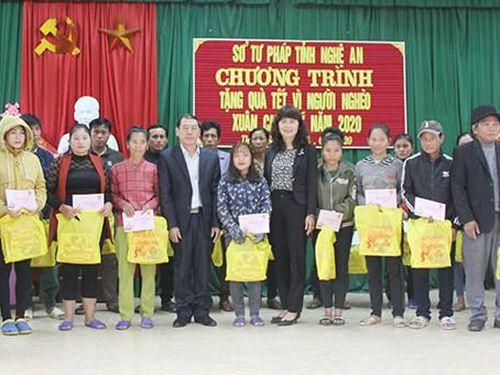 Sở Tư pháp Nghệ An trao quà hỗ trợ hộ nghèo ăn Tết