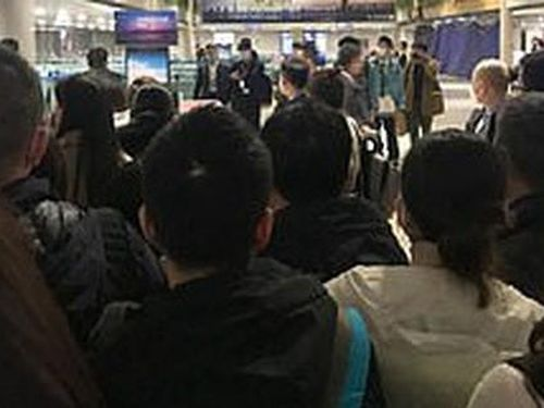 Hỗn loạn virus corona: Bố mẹ Trung Quốc bỏ lại con bị sốt tại sân bay một mình