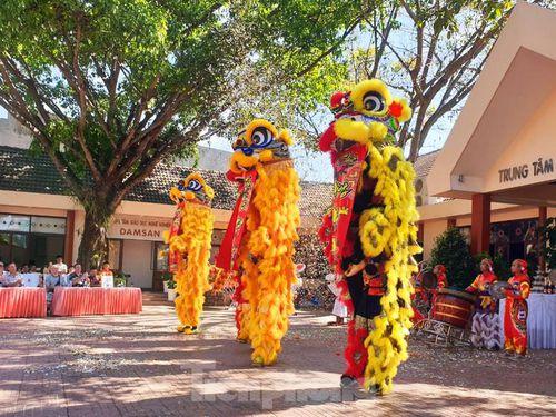 Đắk Lắk: Lãnh đạo tỉnh chào mừng du khách, chúc tết ngày đầu năm mới