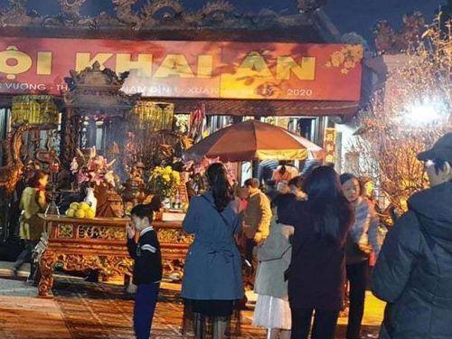 Chưa tới lễ khai ấn, du khách đã chen chân về dâng hương, xin lộc Đền Trần