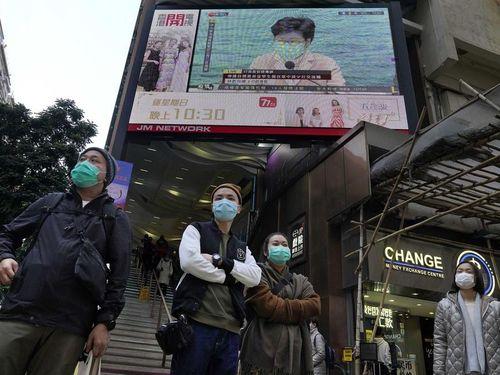 Hong Kong cân nhắc bắt người nghi nhiễm virus corona đeo vòng theo dõi