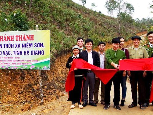 Công an Hà Giang vận động xây dựng đường liên thôn xã Niêm Sơn