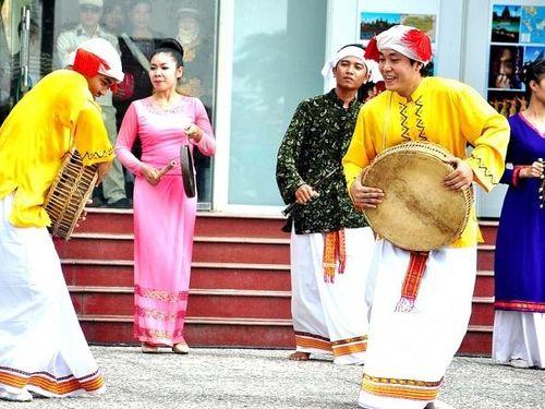 Múa trống đôi - nét văn hóa của người Chăm H'roi