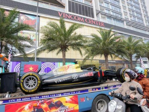 Người dân thích thú khi xe mô hình F1 diễu phố Hà Nội