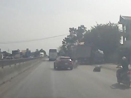 Công an Thanh Hóa xử lý tài xế ô tô lạng lách húc văng xe máy bỏ trốn