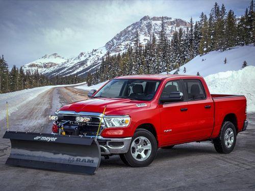 Bán tải Ram 1500 2021 khác lạ với dụng cụ dọn tuyết