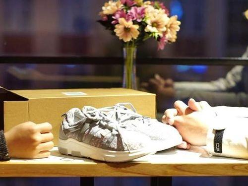 Lương 10 triệu tặng đôi giày 5 triệu nhưng bạn gái đòi suy nghĩ lại chuyện tình cảm, dân mạng an ủi điều cực kỳ bất ngờ