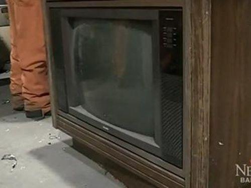 Bất ngờ phát hiện tiền tỷ bên trong ti vi cũ