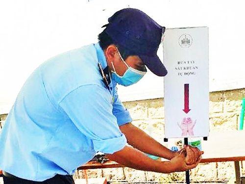 Trường Đại học Nha Trang: Chế tạo máy rửa tay sát khuẩn tự động