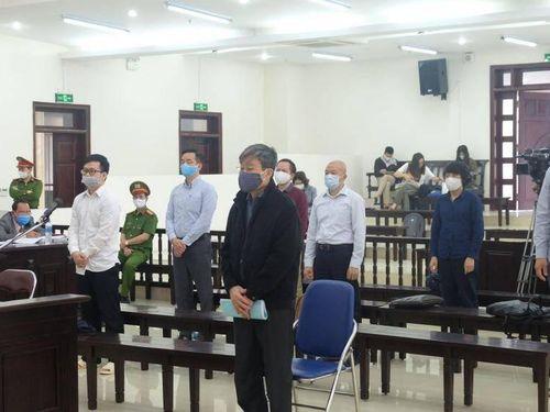 Bị đề nghị y án chung thân, bị cáo Nguyễn Bắc Son cúi đầu lộ vẻ thất vọng