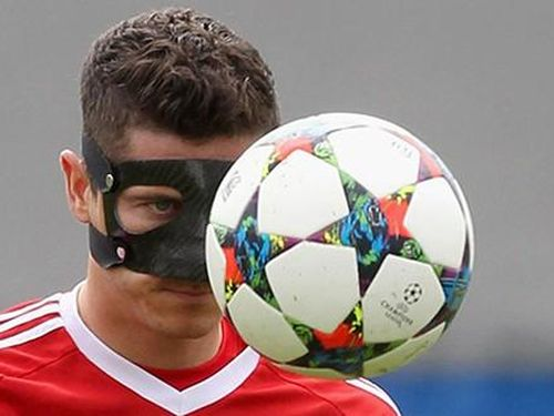 Lewandowski và 'sao bự' phải đeo khẩu trang mới được đá bóng!