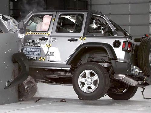 Jeep Wrangler 'ngửa bụng' trong bài thử nghiệm va chạm mới