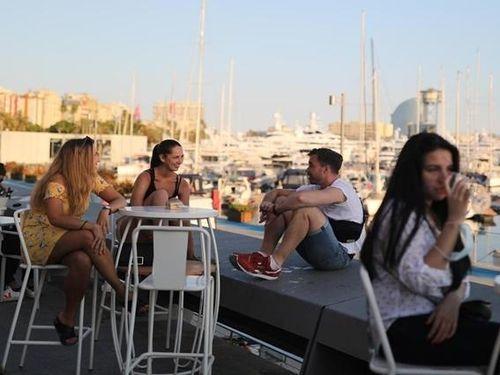 Tây Ban Nha mở lại ngành du lịch, Anh nới lỏng phong tỏa