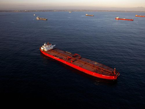 Tàu chở dầu xếp hàng ngoài khơi Trung Quốc
