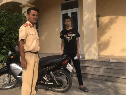 Khoe clip bốc đầu xe máy trên mạng, nam thanh niên bị phạt hơn 4 triệu đồng
