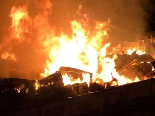 Bà Rịa - Vũng Tàu: Xưởng gỗ gần chung cư bốc cháy trong đêm, nhiều người dân hoảng sợ