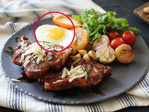 Vì sao ăn bít tết lại có trứng ốp tái bên cạnh, nhiều người bất ngờ khi biết sự thật