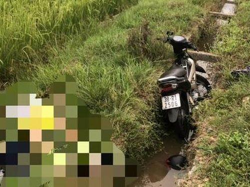 Phát hiện người đàn ông tử vong cạnh xe máy