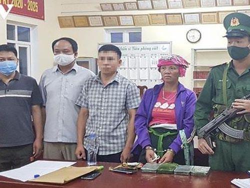 Bắt một phụ nữ người Lào khi đang mang 4 bánh heroin vào Việt Nam