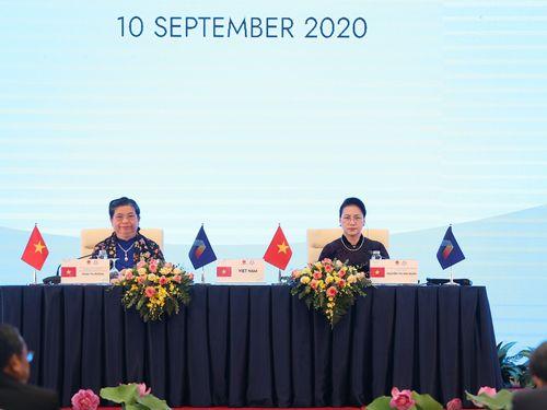 Trao tặng Giải thưởng cống hiến xuất sắc AIPA cho Chủ tịch Quốc hội Lào và Phó Chủ tịch Thường trực Quốc hội Việt Nam