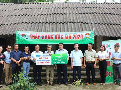 Hỗ trợ hai hộ nghèo xây nhà đại đoàn kết