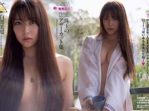 Nữ thần tượng Nhật Bản chụp ảnh hở ngực táo bạo trên tạp chí người lớn