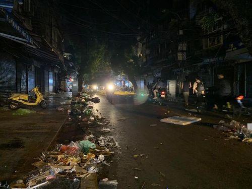 Đường phố Hà Nội ngập trong rác sau đêm Trung thu