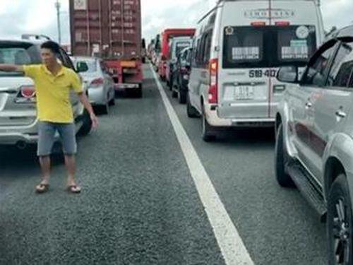 Nhường đường cho xe cứu thương trên cao tốc TP HCM – Trung Lương sau vụ TNGT