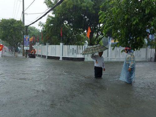 Quảng Nam: Mưa lớn, phố biến thành sông, người người lội bộ, khiêng xe