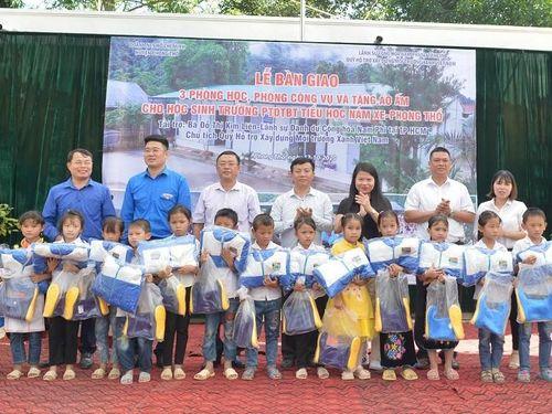 Bà Đỗ Thị Kim Liên tặng phòng học, áo ấm cho trẻ vùng cao