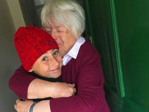 Cậu bé 11 tuổi đi bộ gần 3.000km chỉ vì muốn ôm bà