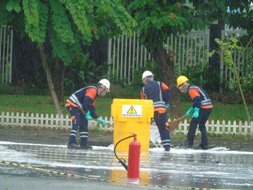 Diễn tập ứng phó sự cố tràn đổ hóa chất trên đường vận chuyển
