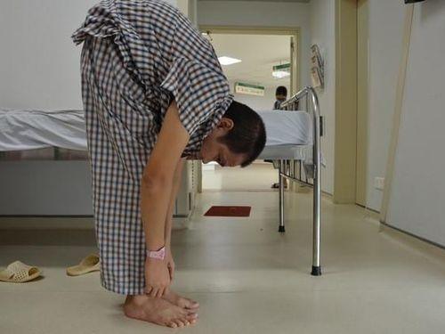 Người đàn ông 36 tuổi có thân hình 'con tôm' đếm từng ngày được đứng thẳng