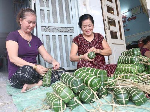 Cặm cụi gói bánh tét gửi tặng đồng bào miền Trung