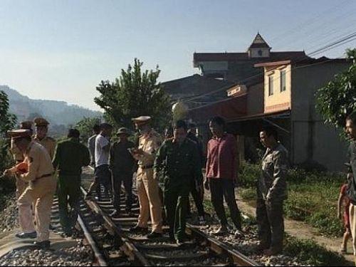 Dừng xe giữa đường ray nghe điện thoại, người đàn ông bị tàu hỏa đâm tử vong