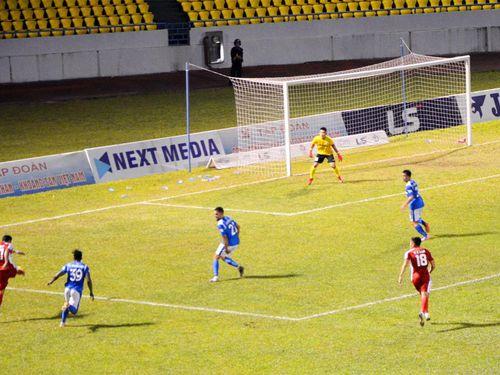 Thắng TP Hồ Chí Minh 2-1, Than Quảng Ninh áp sát ngôi đầu