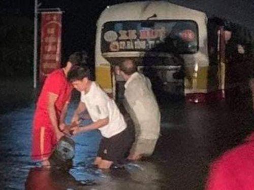 Xe buýt suýt bị cuốn trôi ra sông khi tài xế liều lĩnh vượt đoạn đường ngập sâu