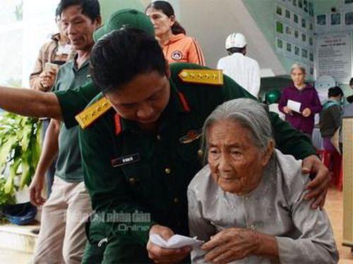 Bác sĩ quân y chăm sóc sức khỏe người dân Quảng Ngãi sau lũ
