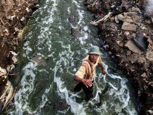 Mưu sinh trên dòng sông ô nhiễm bậc nhất thế giới