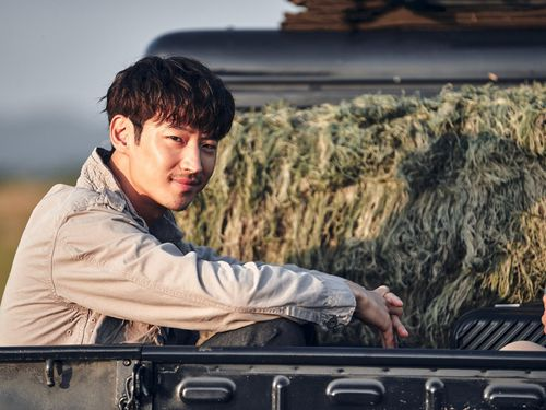 Phim 'Kẻ săn mộ' của Lee Je Hoon cán mốc 1 triệu lượt khán giả