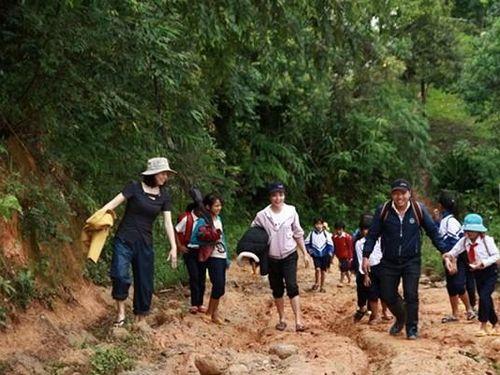 Cô giáo gần 20 năm bám làng dạy học ở Kon Tum