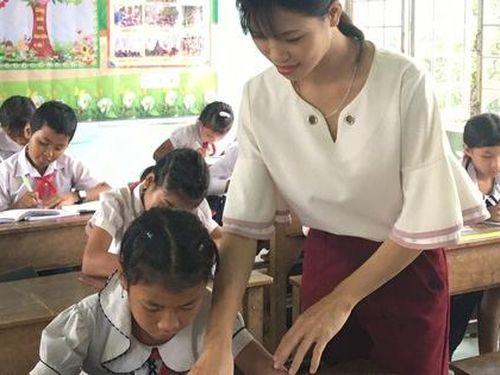 Con bệnh, chồng ung thư, cô giáo trẻ vẫn dệt chữ miền biên viễn