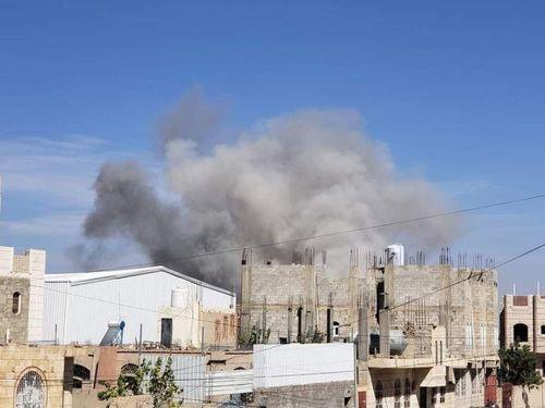 Saudi Arabia ném bom sân bay Sanaa khi Houthi áp sát thành phố chiến lược