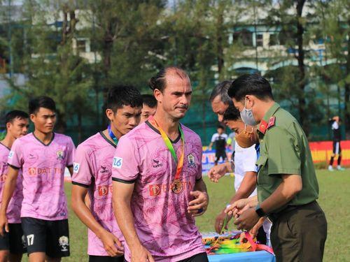 Huỳnh Kesley cay đắng nhìn Trần Thành ghi bàn kết liễu