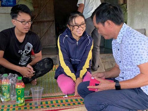 Trao 120 triệu đồng cho gia đình chị Trang du mục