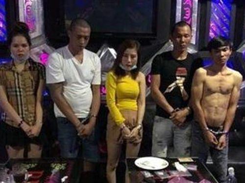 Hai nữ hư hỏng tập thể với ba nam tại phòng karaoke