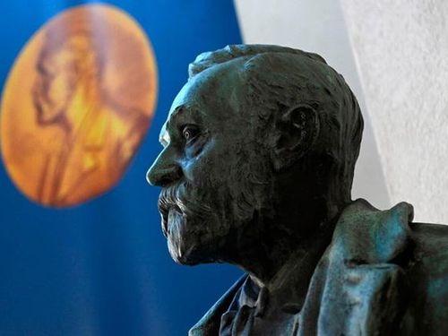 Lần đầu tiên giải Nobel được trao tại nhà người đoạt giải