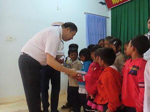 Lữ đoàn 957, Vùng 4 Hải Quân tặng quà cho gia đình chính sách, hộ nghèo xã Cam Thịnh Tây
