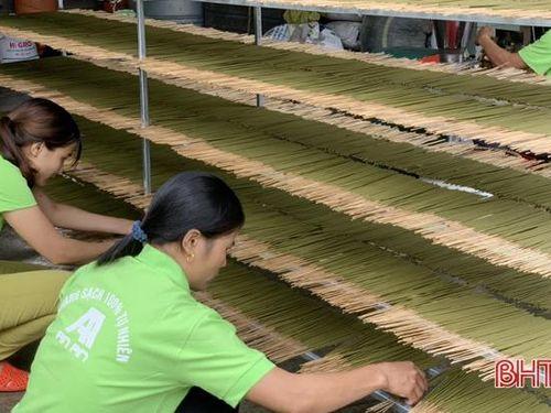 Người làm hương ở Hà Tĩnh hối hả vào mùa sản xuất phục vụ tết